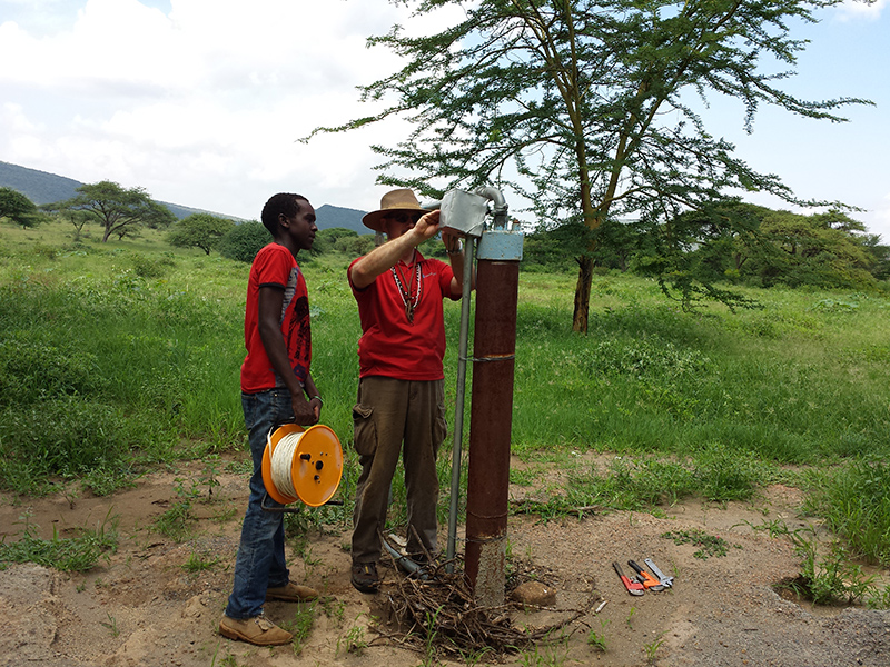Clifford-Yantz-and-Maasai-youth-repairing-Ewauso-Kenya-well-connector-pump_800x600