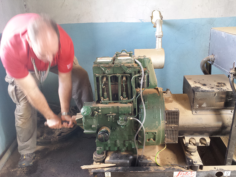 Clifford-Yantz-repairing-Ewauso-Kenya-turning-manual-crank-to-start_800x600
