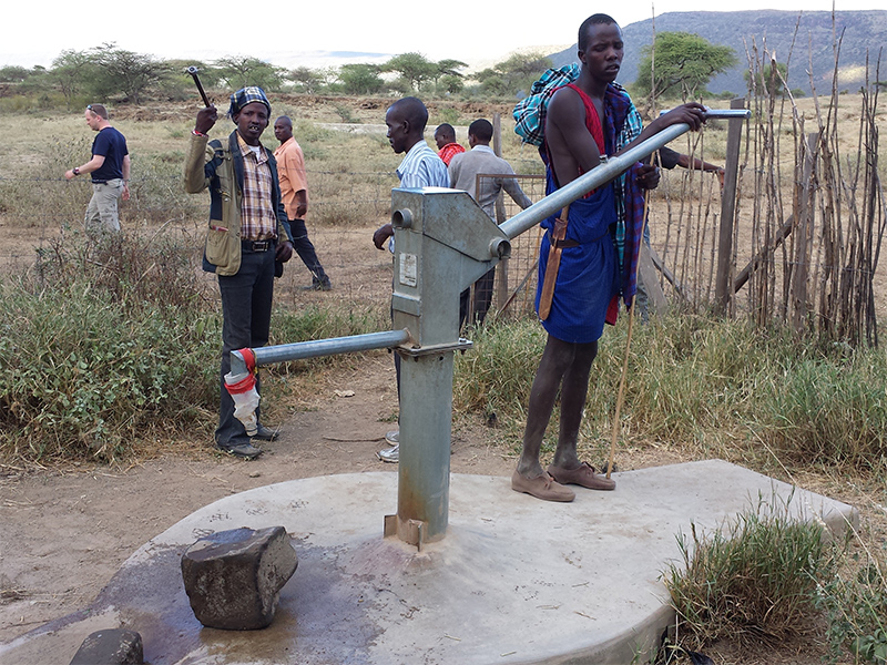 Ewauso-hand-pump-well-being-used-by-local-Maasai_800x600