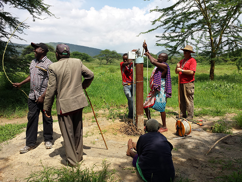 Maasai-people-and-clifford-yantz-with-Ewauso-well-connector-working-discussing-project_800x600